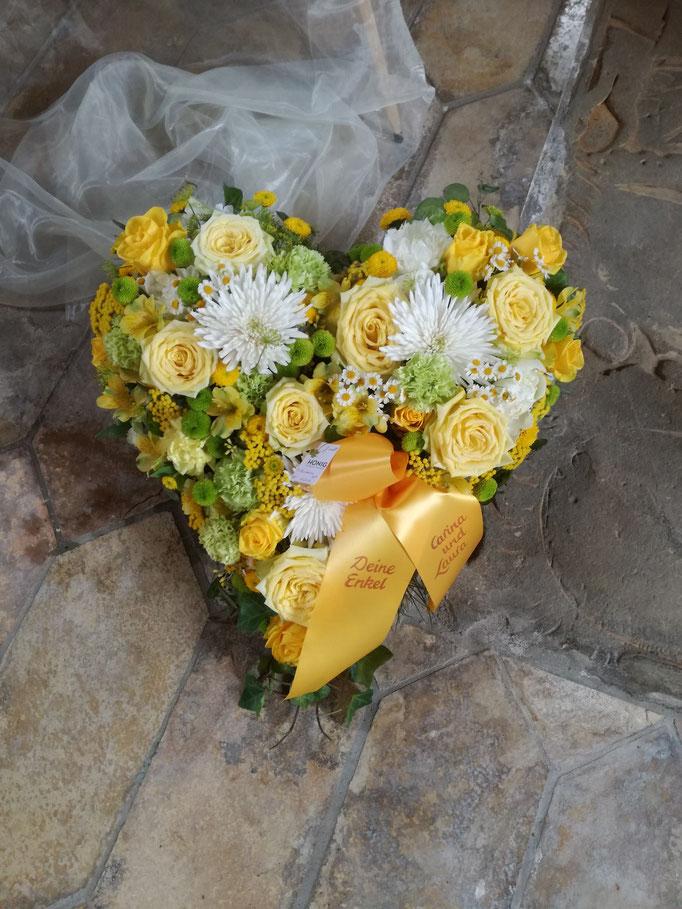 Herz mit sonnig-gelben Blüten