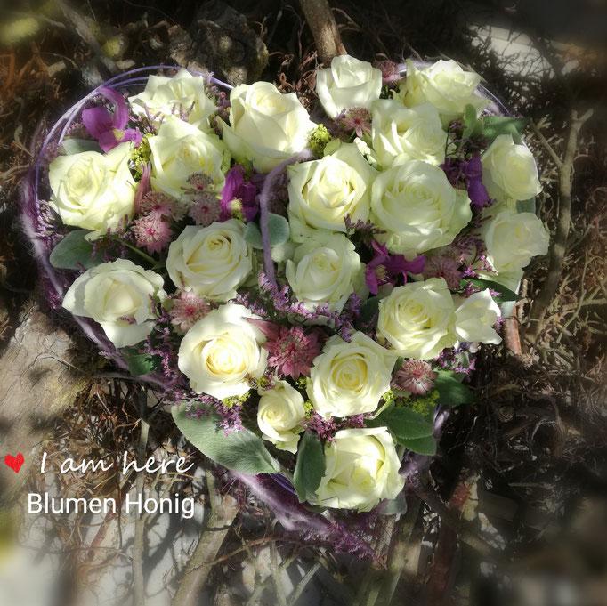 Herz in zarten fliedertönen mit weißen Rosen