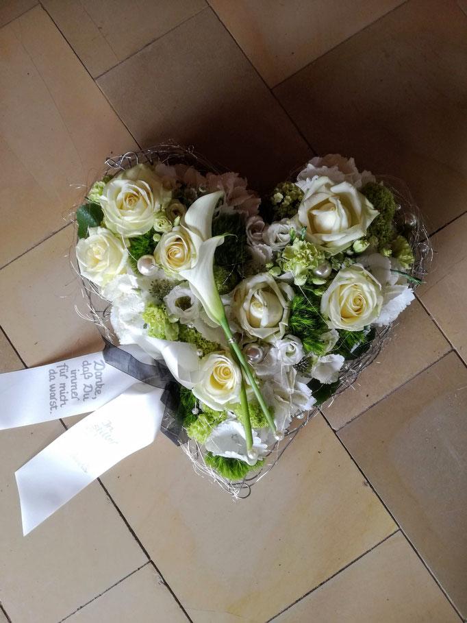 Herz gesteckt mit weißen Blumen