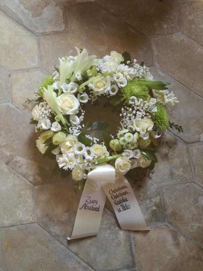 Trauerkranz rundgesteckt in weiß-grün