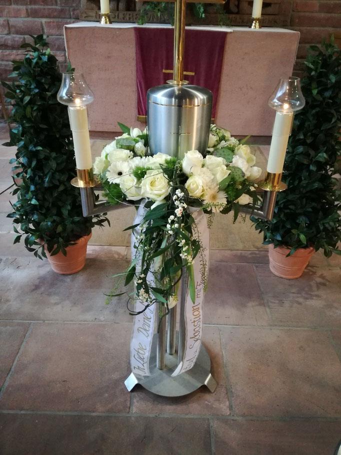Urnenkranz mit weißen Rosen und anderen weißen Blüten für silberne Urne