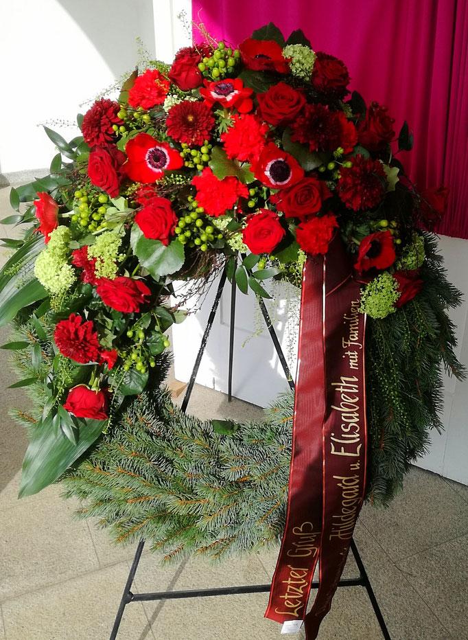Trauerkranz in rot mit Rosen, Gerbera und Anemonen