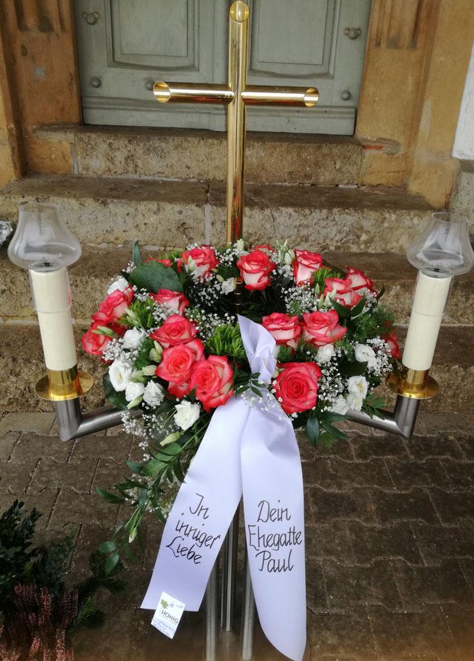 Urnenkranz mit zweifarbigen Rosen