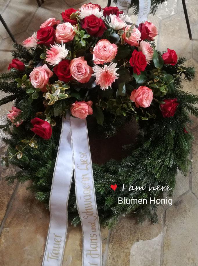 Trauerkranz  in rot und weiß mit Rosen