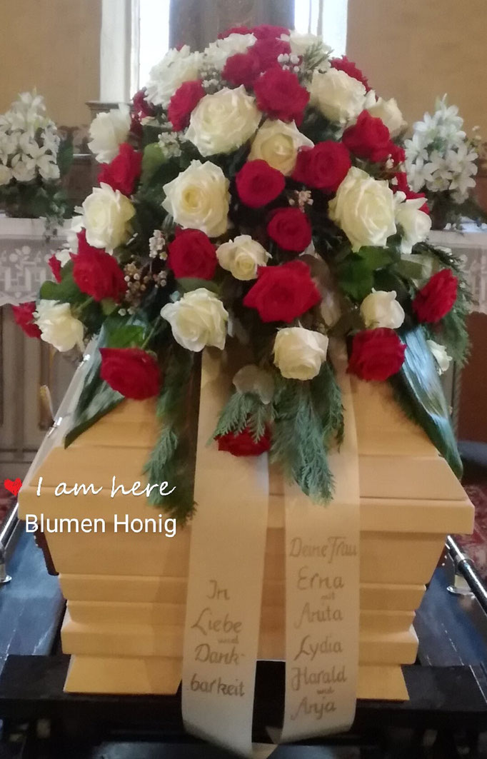Klassischer Sargstrauß mit weißen und roten Rosen