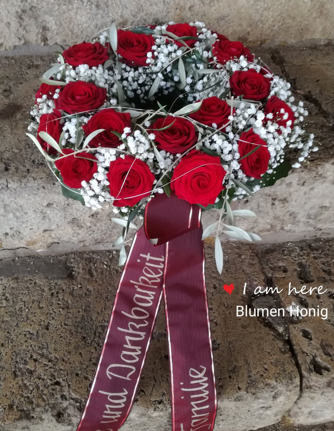 Urnenkranz mit roten Rosen und Schleierkraut