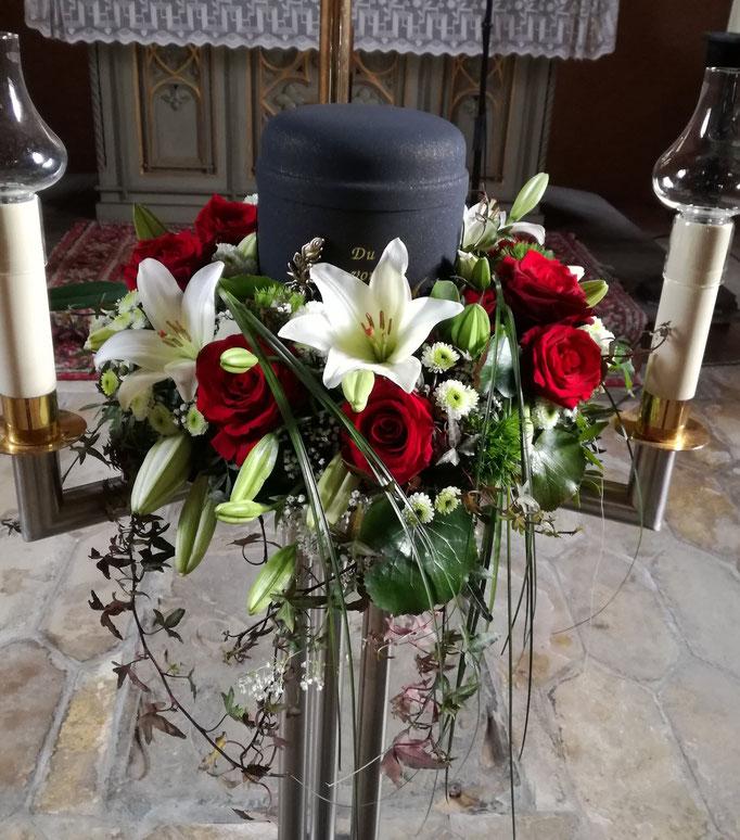 Urnenkranz mit weißen Lilien und roten Rosen