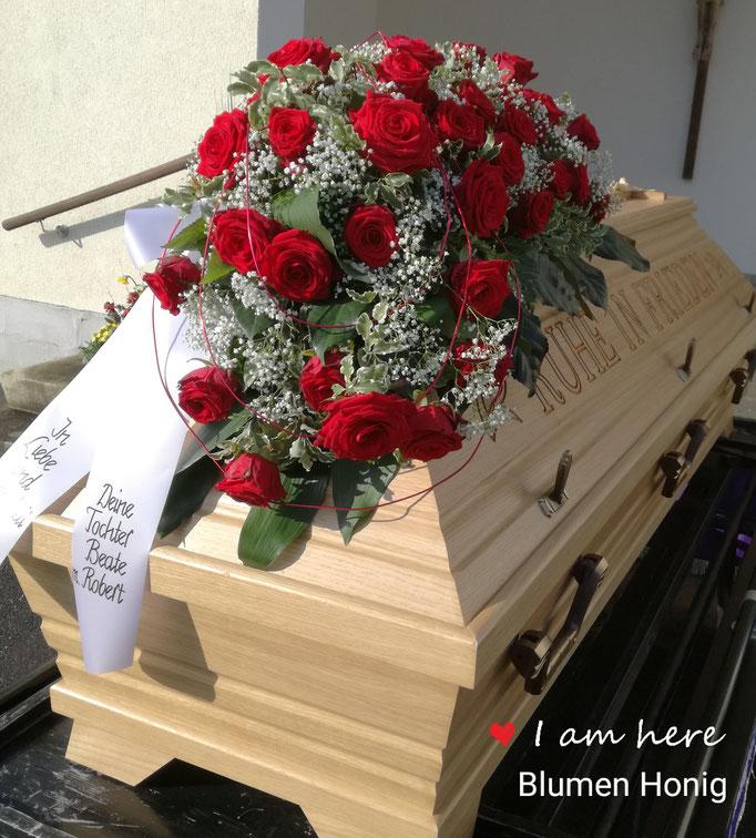 Sargbukett in Tropfenform mit roten Rosen