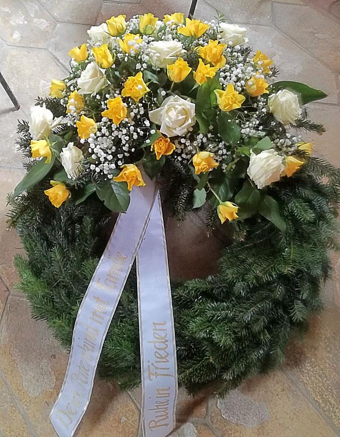 Trauerkranz mit weißen und gelben Rosen