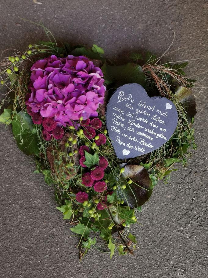 Herz mit Schieferherz und Hortensienblüte