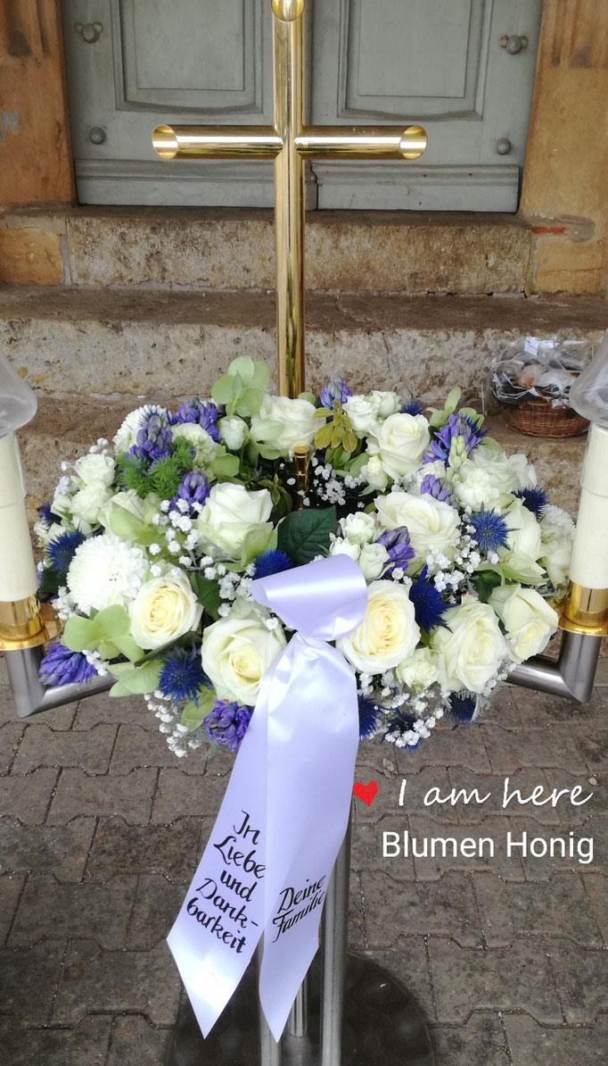 Urnenkranz in weiß und blau