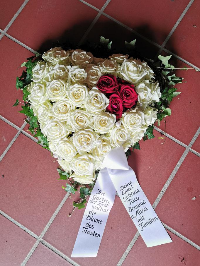 Rosenherz mit weißen Rosen und roten Rosen als Akzent