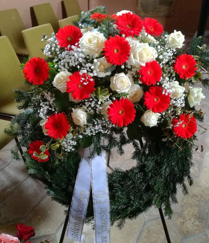 Trauerkranz weißen Rosen und roten Gerbera