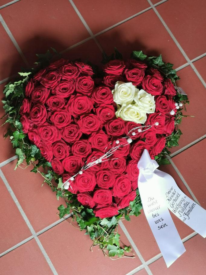 Rosenherz mit roten Rosen und weißen Rosen als Akzent