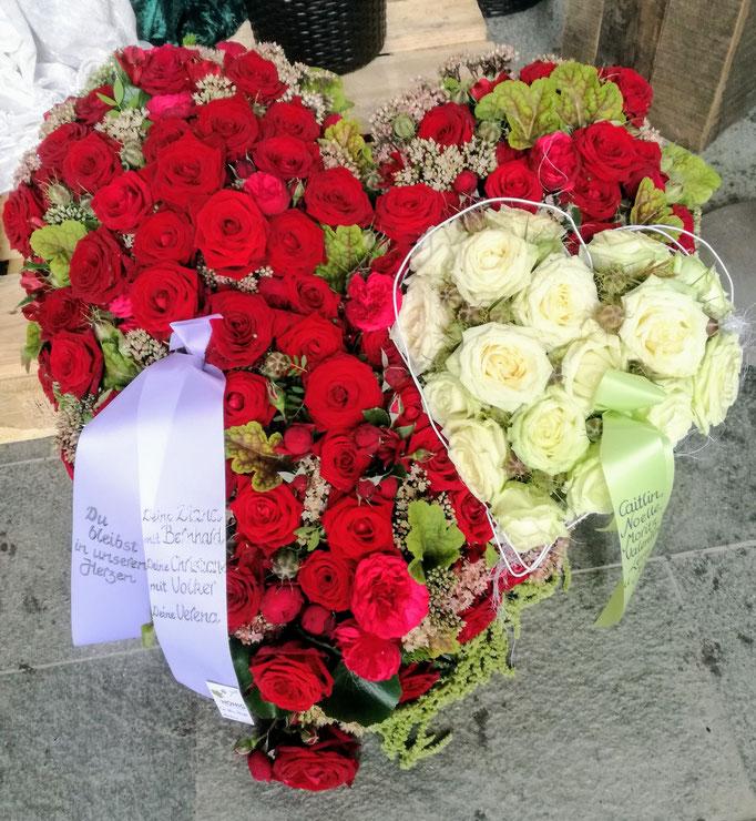 Rosenherz mit roten und weißen Rosen