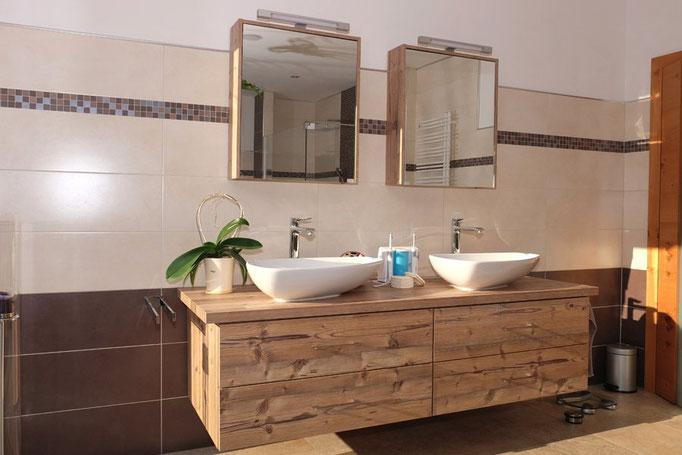 Aufsatzwaschbecken auf Holz-Waschtisch mit Spiegelschrank: Badezimmer-Planung Baddesign von Markus Bayer GmbH