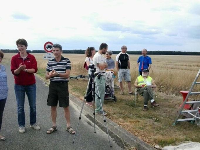 Papy Volant est en place pour encourager les valeureux cyclistes...