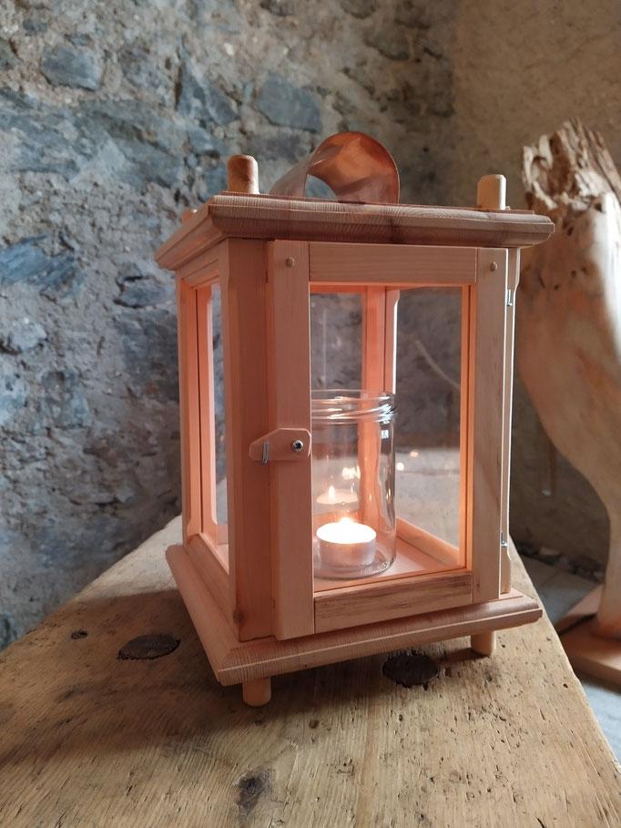 Laterne aus Zirbenholz mit Griff und Kupferblech
