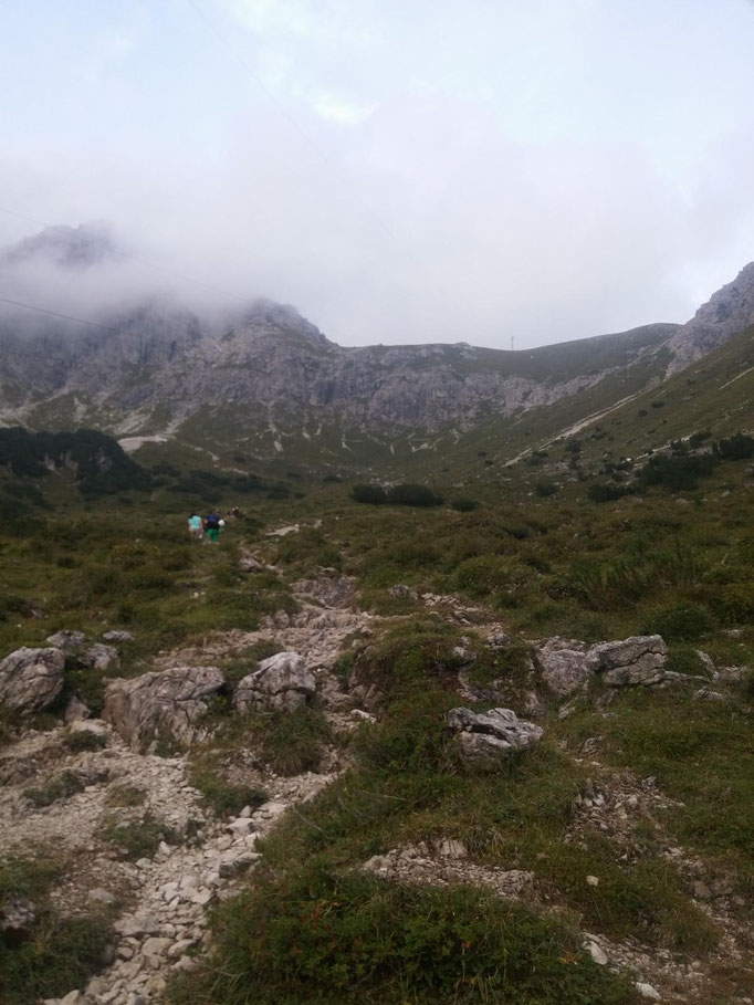Blick hoch zur Fiedererpasshütte, das Wetter etwas verhalten aber angenehm