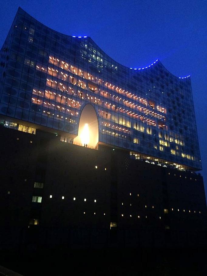 Elbphilharmonie bei Nacht.