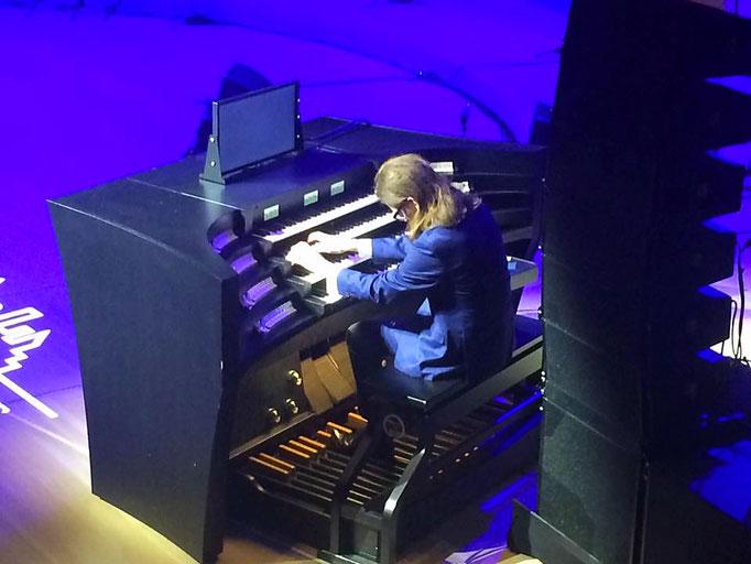 Der Chef-Organist der Elbphilharmonie im Einsatz.