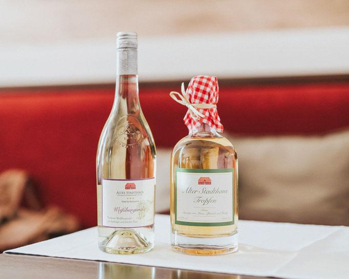 Packaging der Weißweinflaschen. Illustration der Weinrebe. Etikettengestaltung der Kornflasche - Philosophie zur Kornbrennerei. Foto: Ulf Duda.