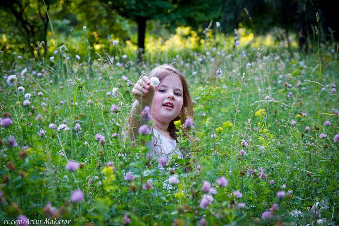 Семейная фотосессия в Харькове на природе рядом с цветами