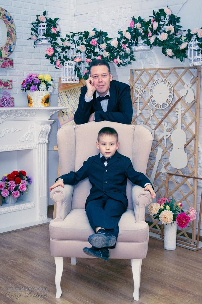 семейная фотосессия в студии - папа и сын