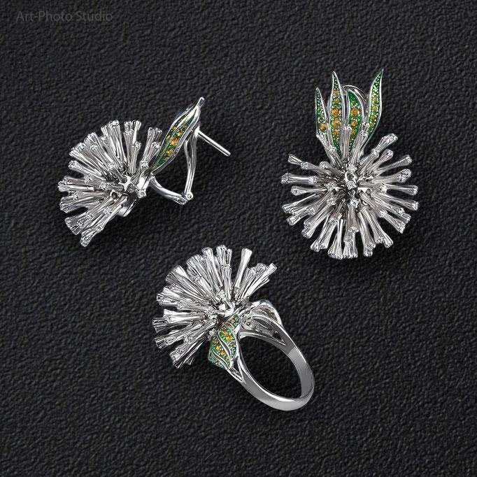 золотые ювелирные украшения в наборе из сережек и кольца с бриллиантами