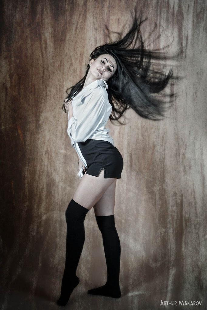 студийный фотопортрет девушки с распущеными волосами