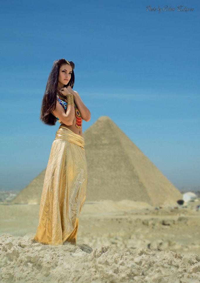 Портрет девушки на фоне Египетской пирамиды