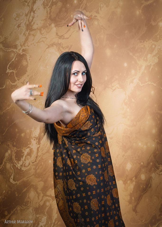 женский портрет в студии в индийском стиле