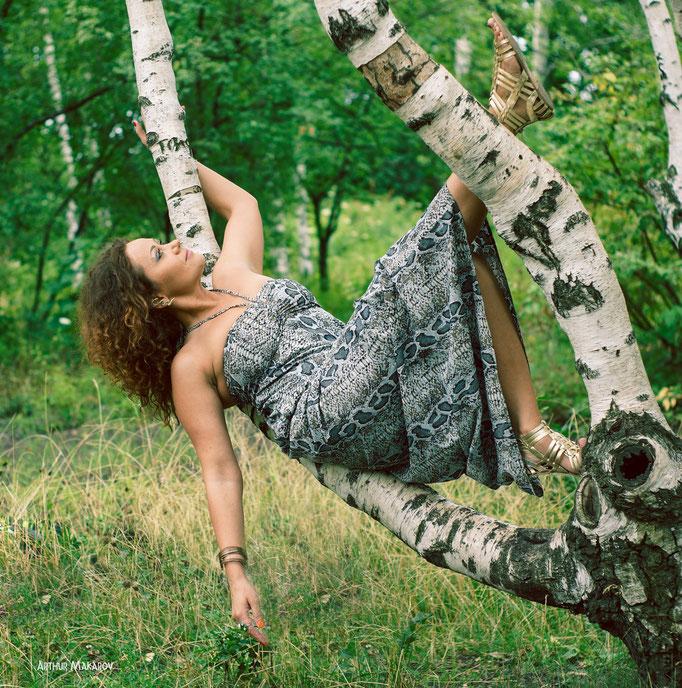 Женский портрет - позирование на ветвях дерева