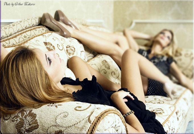 гламурная фотосессия в пастельных тонах - лежа на диване