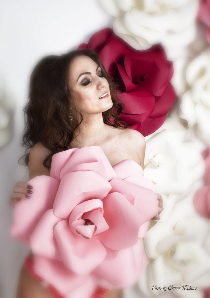 фотосессия девушки в студии на фоне цветов