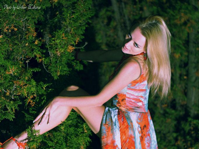 Фотопортрет девушки в ночном саду