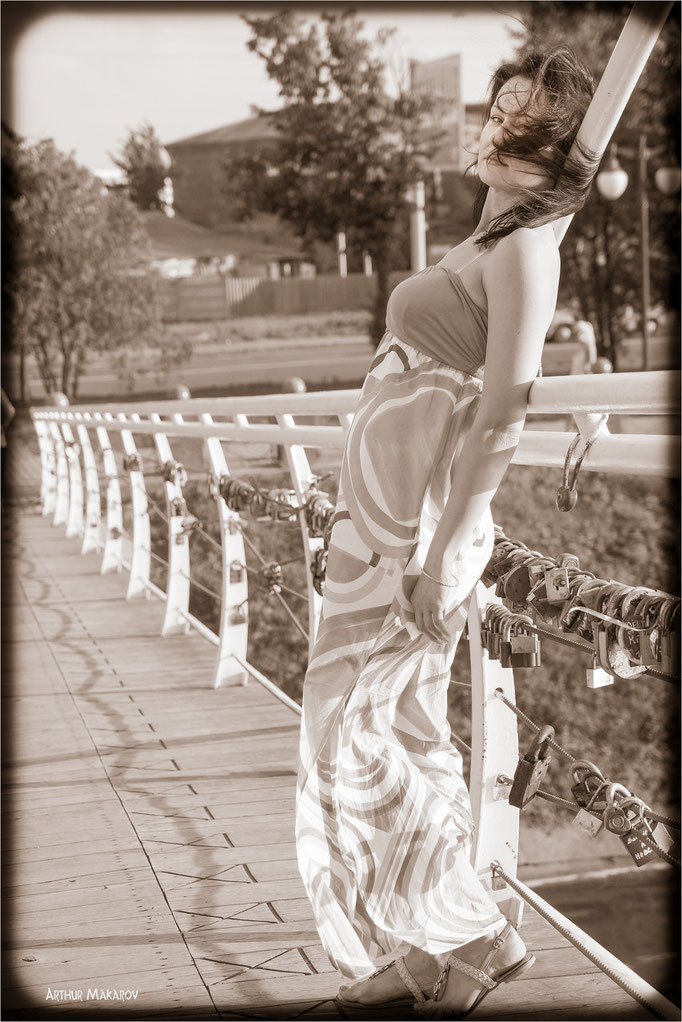 Женский портрет на мосту