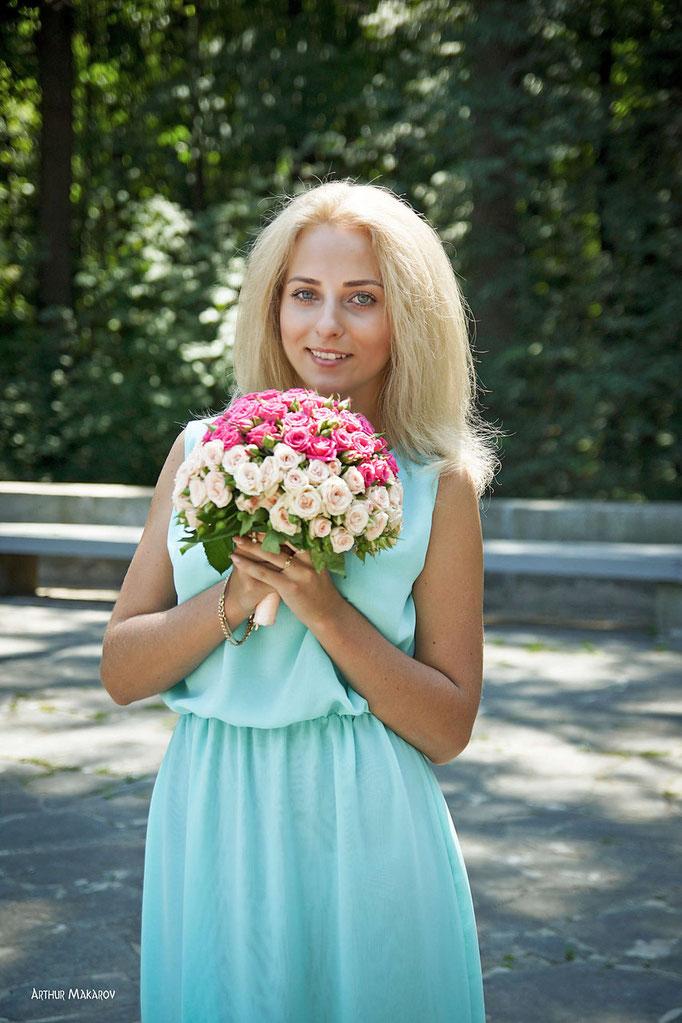 Портрет молодой девушки со свадебным букетом
