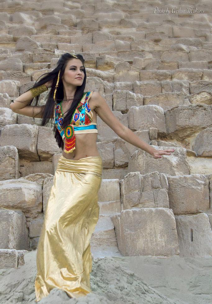 Фото девушки на фоне камней Египетской пирамиды