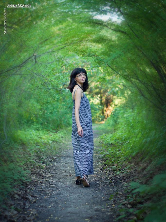 Портрет девушки в своеобразном растительном туннеле в Роганьском дендропарке