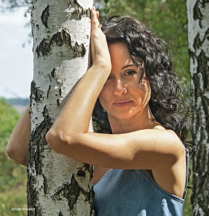 """Портрет девушки на природе - """"в обнимку"""" с березой"""