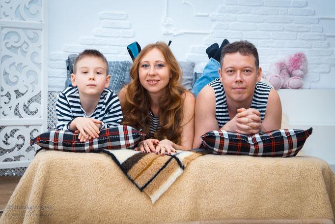 семейная фотосъемка в интерьерной студии Харькова