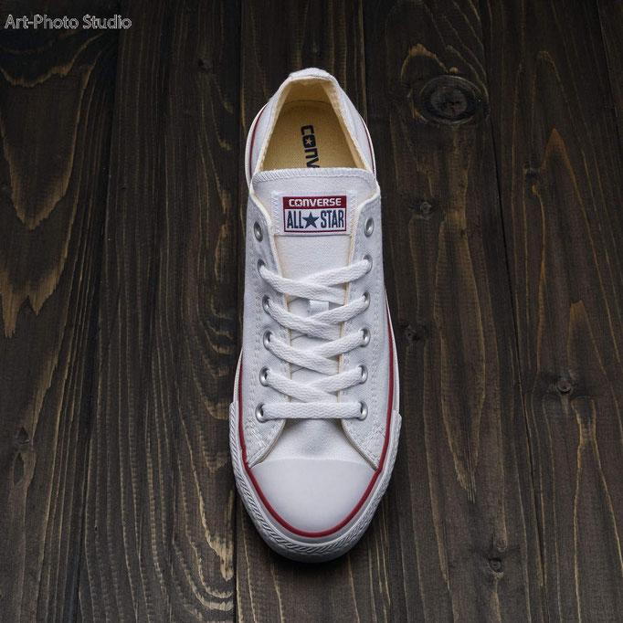 спортивная обувь (кеды) на деревянном фоне