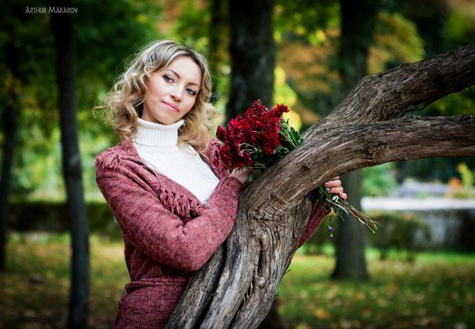 Женский портрет у дерева