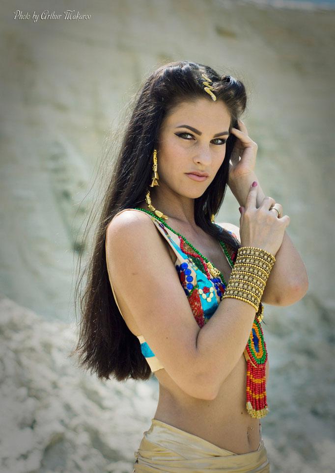 Портрет девушки  в наряде Египетской царицы Нефертити