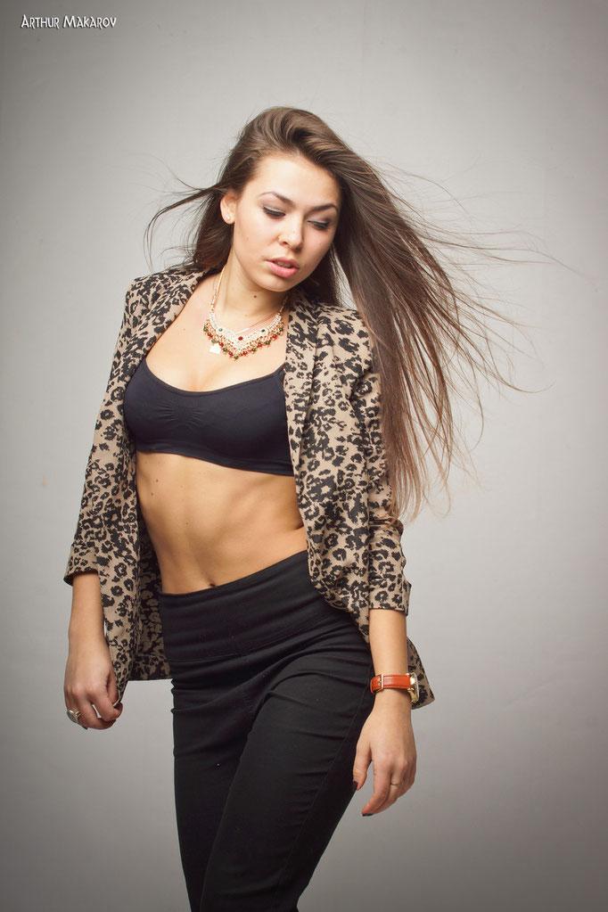 студийные фотосессии в Харькове - женский портрет на сером фоне