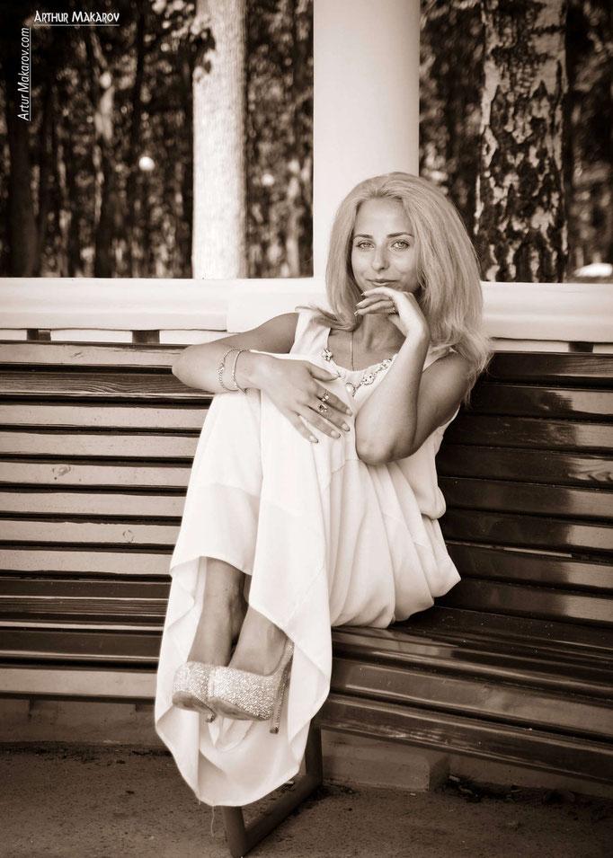 Женский портрет в беседке парка Горького в Харькове