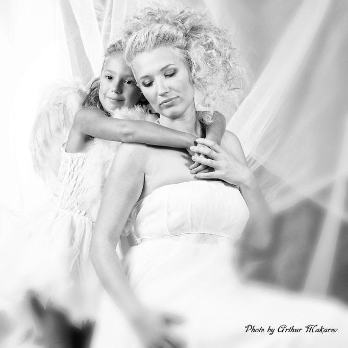 мама с дочкой в виде ангелочков