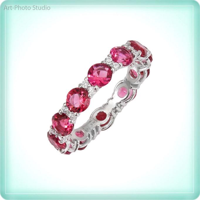 фотография серебряного кольца с драгоценными камнями