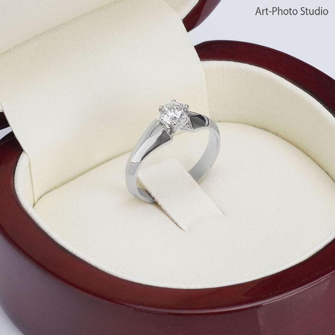 кольцо из белого золота с подарочной упаковке